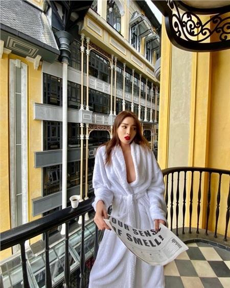 Còn nhớ khi mới đăng quang Hoa hậu Việt Nam, Kỳ Duyên đã gặp khá nhiều tranh cãi về việc nhan sắc của cô nàng có xứng đáng để trở thành đại diện cho sắc đẹp Việt hay không. Qua từng năm, Kỳ Duyên đã chứng minh được thực lực và cả phong độ nhan sắc, thời trang chưa bao giờ giảm sút.