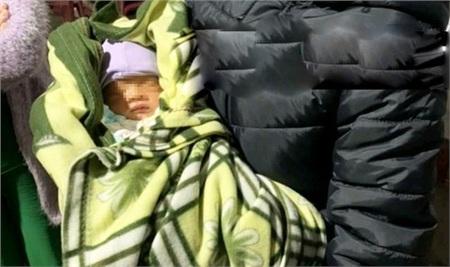 Sợ bé trai bị gió lạnh, 2 dì cháu chị T. bồng về tạm thời chăm sóc.