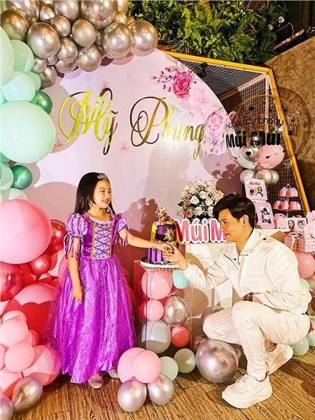 Ưng Đại Vệ và con gái trong bữa tiệc sinh nhật gần đây