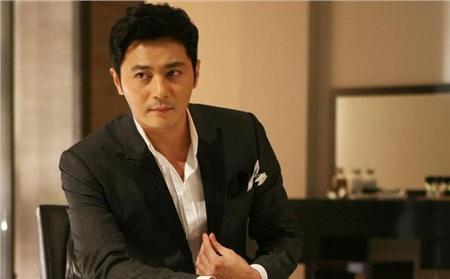 Jang Dong Gun sinh năm 1972, là đại diện của những đại diện tuổi Tý, đến thời điểm hiện tại, nam tài tử đã gần 50 tuổi nhưng vẫn giữ được đường nét gương mặt và vóc dáng vẫn trẻ trung, tươi tắn.