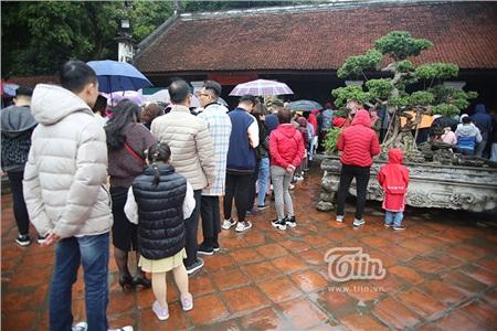 Trời vẫn mưa nhỏ, người dân cẩn thận chuẩn bị ô che mưa.