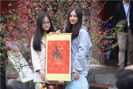 Nhiều bạn trẻ cùng người thân đến Văn Miếu xin chữ.