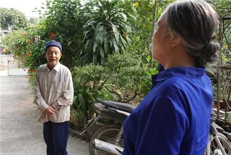 Ngoài đi bộ, cụ Thuần thường thăm những cụ già tại địa phương để trò chuyện.