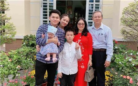Hiện tại, Lê Phương may mắn khi có chồng trẻTrung Kiên hết mực quan tâm, chăm sóc mình và 2 con.