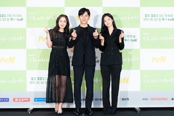 Ba diễn viên chính của bộ phim Hi bye mama cùng diện dresscode màu đen tham dự sự kiện.