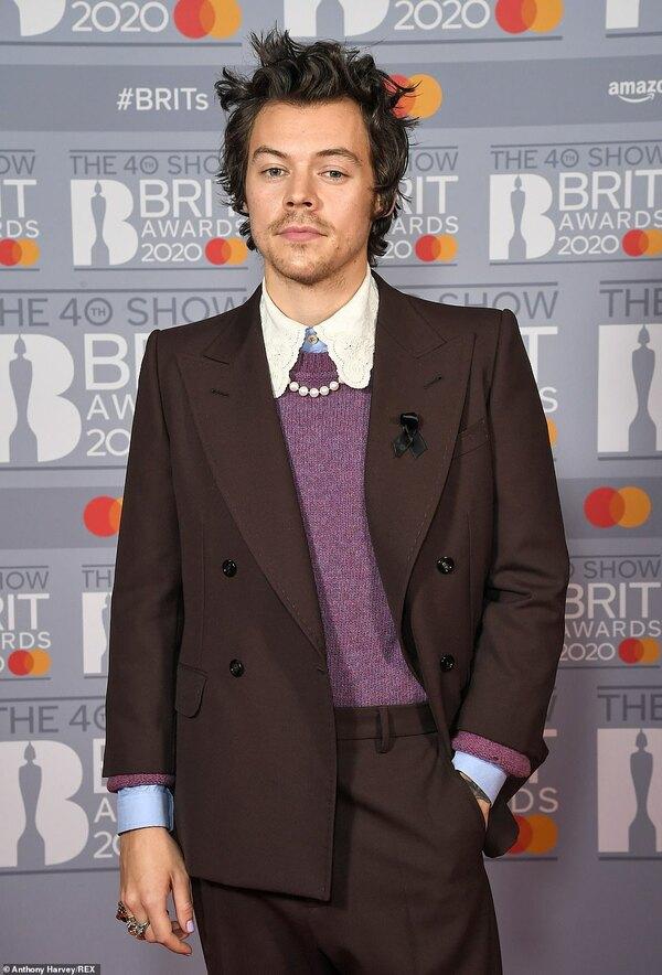 Harry Styles tiếp tục giữ vững phong độ thời trang với bộ suit mang hơi thở cổ điển và phi giới tính.