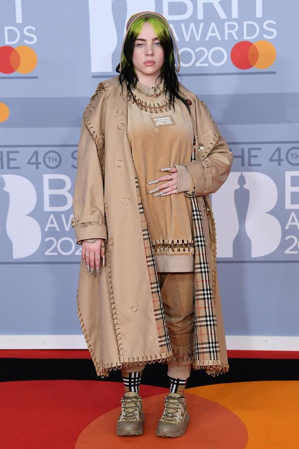 Billie Eilish chất lừ với bộ trang phục đến từ Burberry.