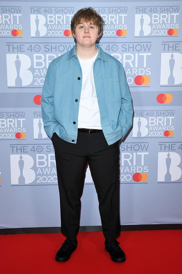 Chủ nhân ca khúc Someone You Loved -Lewis Capaldi bước lên thảm đỏ với bộ dạng đơn giản.