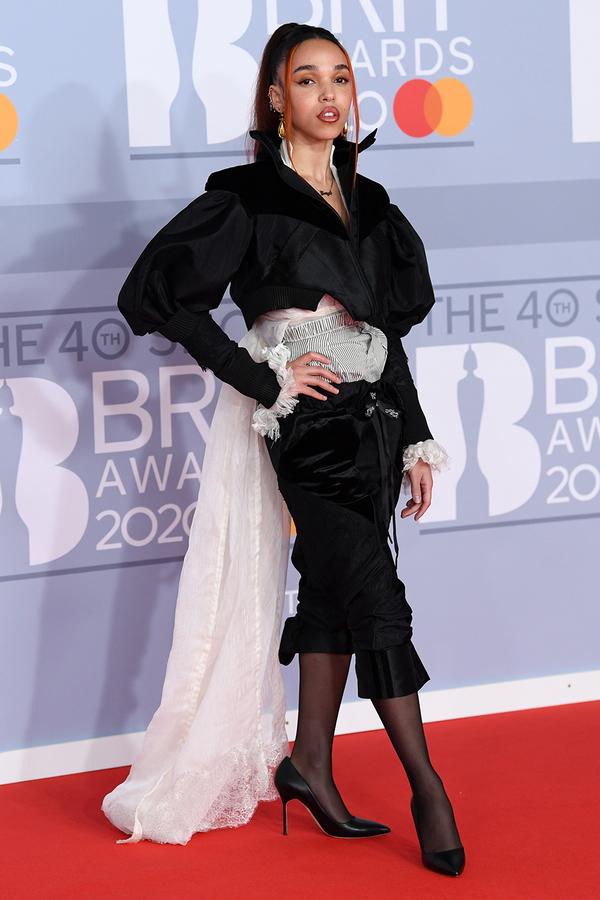 FKA Twigs tạo điểm nhấn với trang phục cổ điển và đậm chất thời trang.