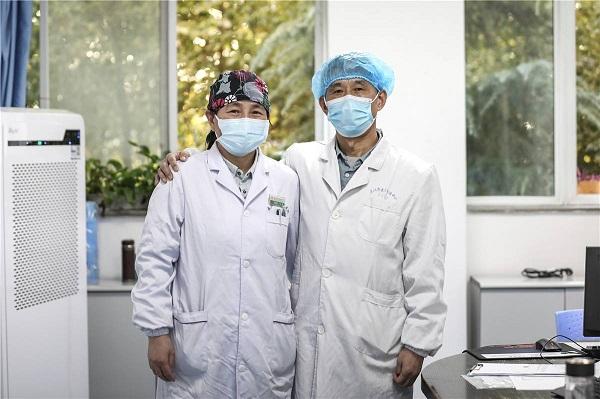 Tình cảm vợ chồng 30 năm của hai bác sĩ Huang Hanping và Zhang Li khiến nhiều người ngưỡng mộ