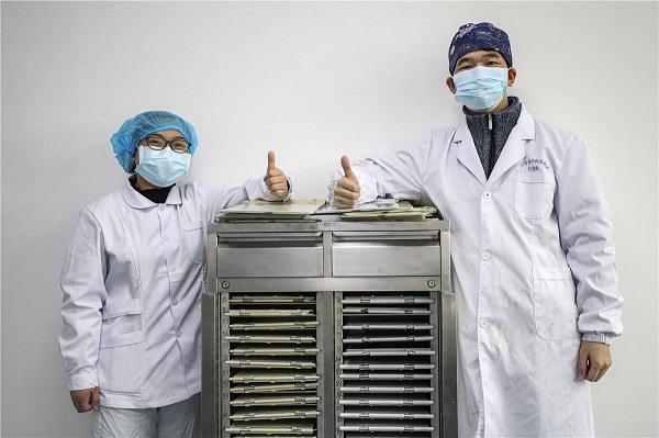 Li Donghua và Wu Shuang vẫn nhắn tin cho nhau mỗi ngày dù công việc bận rộn.