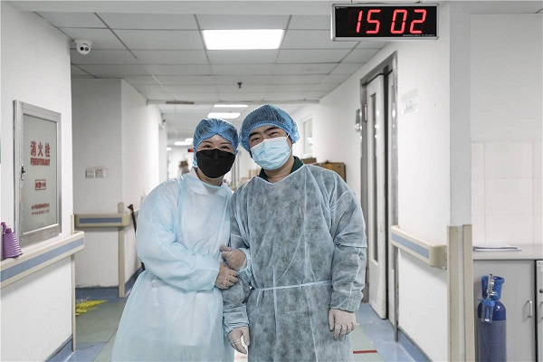 Bức ảnh chụp kỷ niệm 6 năm ngày cưới củavợ chồng bác sĩ Kang Boyin và Wu Yuanjun tại bệnh viện Kim Ngân Đằng, thành phố Vũ Hán.