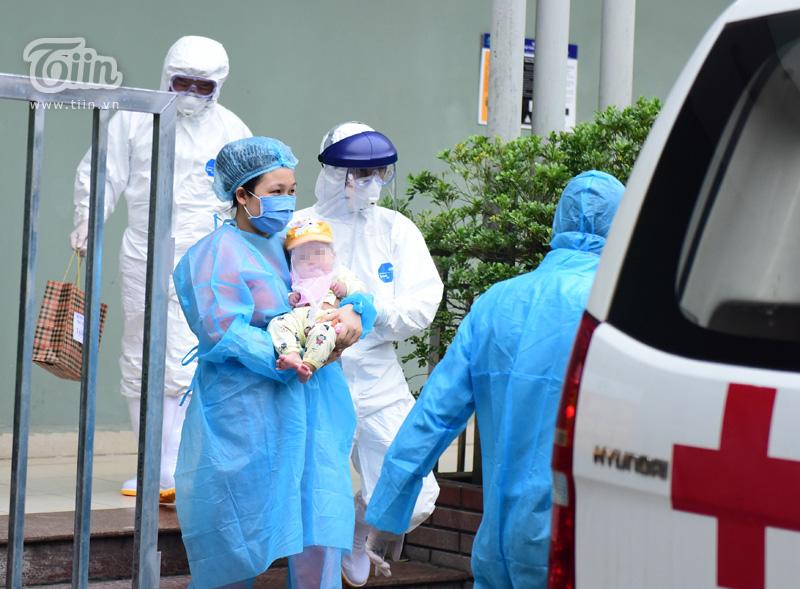 Người thân và đội ngũ y tế chuẩn bị sẵn sàng xe đón rước cùng vật phẩm y tế hỗ trợ đưa bé về nhà.