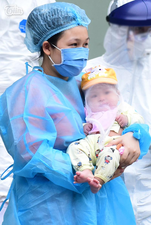 Bệnh nhi 3 tháng tuổi nhiễm Covid-19 chính thức ra viện: 'Mong cháu sau này làm bác sĩ' 6