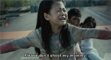 Cô bé Mi Reu ngăn cản quân đội bắn mẹ của mình.