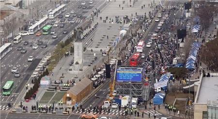 Và kéo nhau đi tụ tập biểu tình.