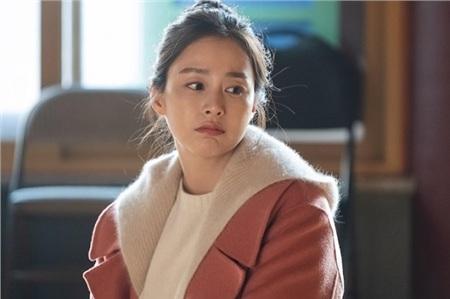 Dù trang phục 'nghèo nàn' nhưng vẫn không thể dìm được nhan sắc của 'hồn ma' Cha Yoo Ri.