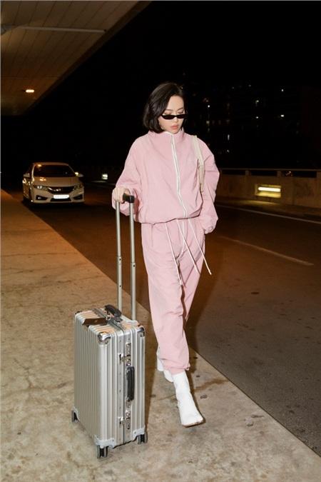 Diệu Nhi khoe phong cách thời thượng tại sân bay, 'đụng hàng' với Angelina Jolie, Kendall Jenner 7