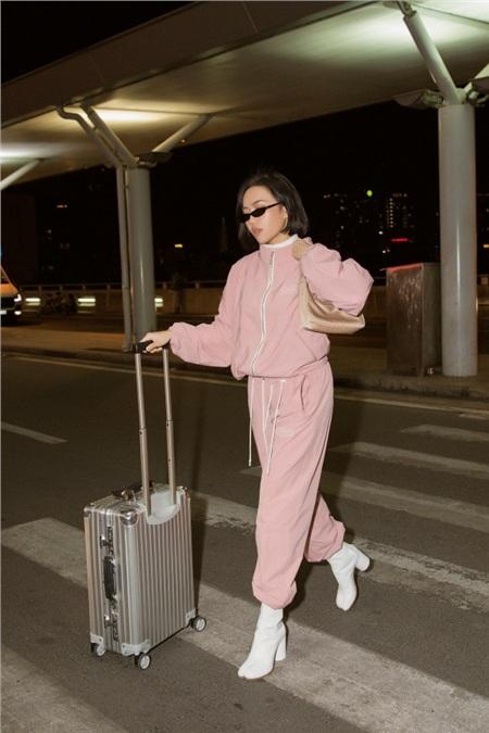 Diệu Nhi khoe phong cách thời thượng tại sân bay, 'đụng hàng' với Angelina Jolie, Kendall Jenner 1