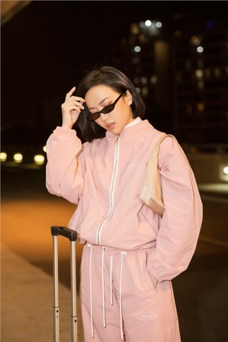 Diệu Nhi khoe phong cách thời thượng tại sân bay, 'đụng hàng' với Angelina Jolie, Kendall Jenner 5