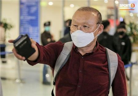 HLV Park Hang-seo đeo khẩu trang khi đến sân bay Nội Bài.