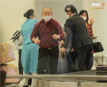 HLV Park Hang-seo vượt qua kiểm tra thân nhiệt tại sân bay Nội Bài 5