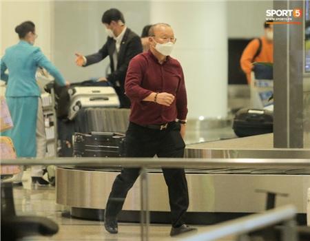 HLV Park Hang-seo vượt qua kiểm tra thân nhiệt tại sân bay Nội Bài 3