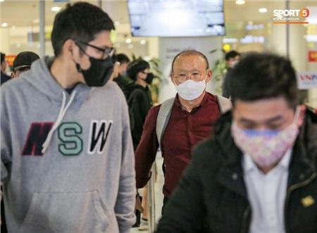 HLV Park Hang-seo vượt qua kiểm tra thân nhiệt tại sân bay Nội Bài 1