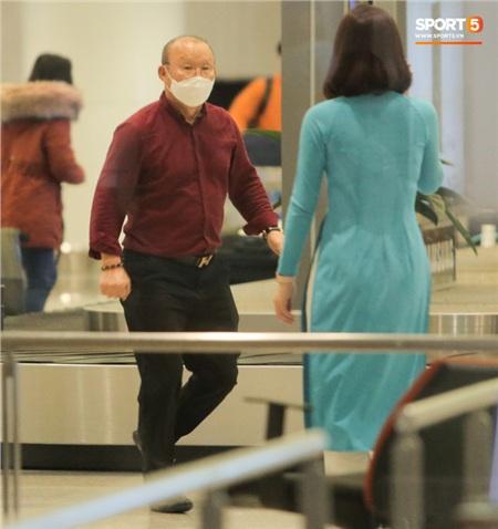 HLV Park Hang-seo vượt qua kiểm tra thân nhiệt tại sân bay Nội Bài 4