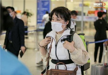 HLV Park Hang-seo vượt qua kiểm tra thân nhiệt tại sân bay Nội Bài 2