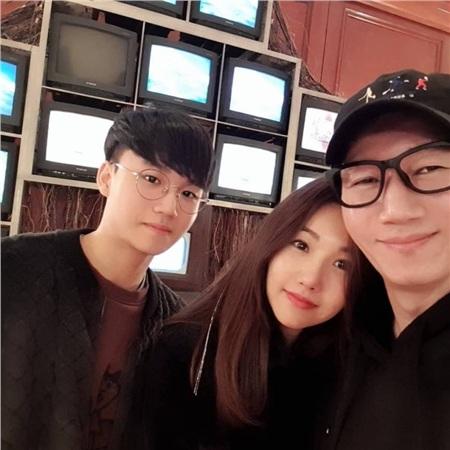 Gia đình của Ji Suk Jin được công nhận như một 'gia đình kiểu mẫu' của showbiz Hàn khi mỗi người đều có cuộc sống riêng tư sạch sẽ, không hề dính scandal nào và thường xuyên chia sẻ những hình ảnh hạnh phúc.