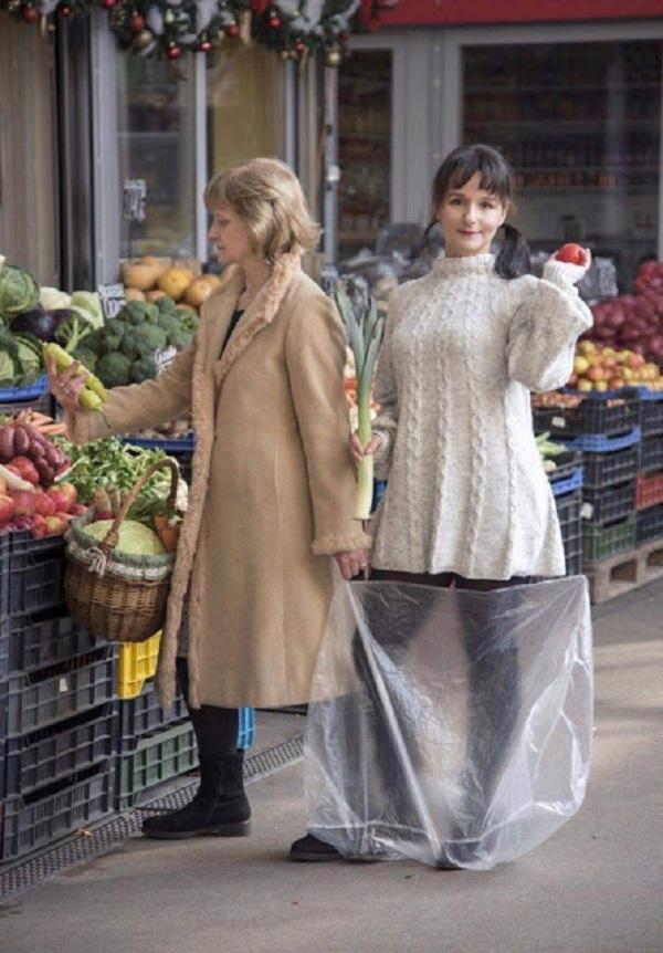 Bức ảnh mới tái hiện lại khoảnh khắc đi chợ của 2 mẹ con.