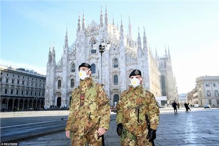 Những người lính Italia tuần hành trước nhà thờ Doumo ở Milan.