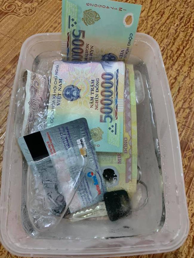 Cả tiền và đồ vật cần thiết đã bị cô vợ bỏ quên vào hộp làm đá trong tủ lạnh.