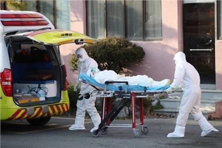 Nhân viên y tế Hàn đang dốc hết toàn lực trong cuộc chiến với COVID-19.