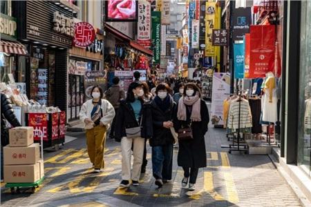 Người dân Hàn Quốc đeo khẩu trang khi xuất hiện ngoài phố. Ảnh: ABC