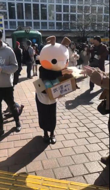 Tăng Dĩnh đứng 4 tiếng tại đường phố Tokyo phát khẩu trang miễn phí.