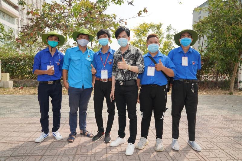 Đan Trường - Trung Quang tặng gel rửa tay, găng tay và khẩu trang y tế cho các khu cách ly 3