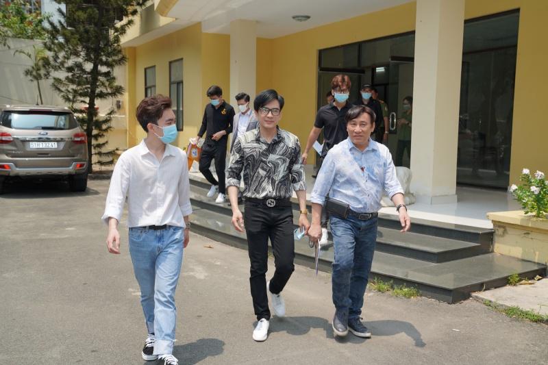 Đan Trường - Trung Quang tặng gel rửa tay, găng tay và khẩu trang y tế cho các khu cách ly 4