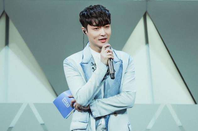 Là thành viên của EXO nhưng hiện tại Lay hoạt động chủ yếu ở Trung Quốc với tên thật Trương Nghệ Hưng. Tài năng của anh được đánh giá cao về cả mảng dance lẫn thanh nhạc. Năm 2018, Trương Nghệ Hưng làm Host cho chương trình Idol Producer (Produce 101 bản Trung) nhận được vô số lời khen ngợi.