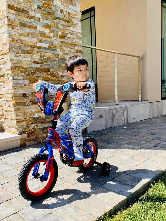 Từ đi xe đạp, lái ô tô đồ chơi,...