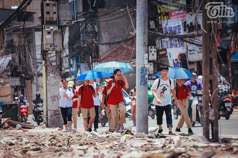 Học sinh tan tầm trở về nhà trên những con đường bụi bặm, dưới thời tiết nắng nóng cực điểm