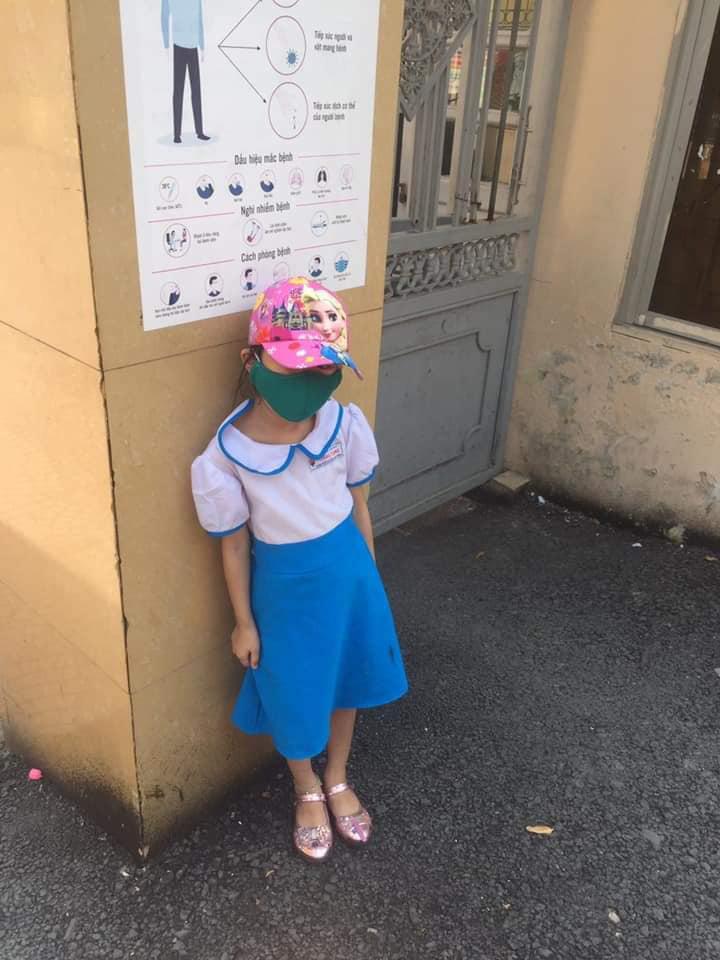 Học sinh lớp 1 phải đứng giữa trời nắng nóng vì đi học sớm 15 phút.
