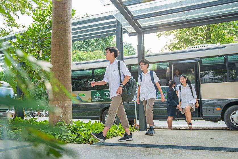 Trường Edison Schools Ecopark có2 lựa chọn cho học sinh:diện quần dài hoặc quần shorts trẻ trung, thậm chí có thể mix thêm cà vạt tạo điểm nhấn.