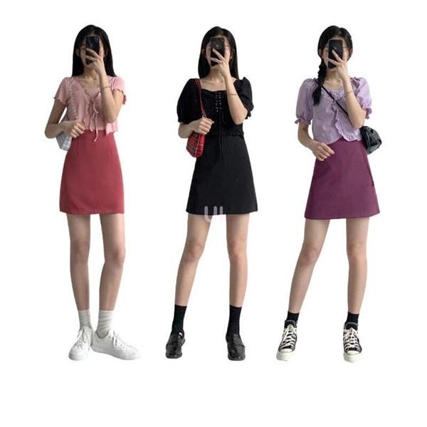 Cách phối đồ 'xinh xẻo' theo công thức 'tiệp màu' của hotgirl xứ Hàn được đông đảo hội chị em đón nhận. Nếu bạn cảm thấy việc mix&match quần áo quá khó khăn thì hãy học hỏi ngay kiểu phối đồ hiệu quả này. Đừng quên công thức 'trên nhạt dưới đậm' để tạo hiệu ứng cho 'chân dài' nàng nhé! Ví dụ, nếu bạn đang sở hữu một chiếcáo croptop mang tông tím pastel thì hãy nhanh tay 'tậu' ngay một mẫu chân váy màu tím đậm hơn, sau đó mix cùng một đôi sneaker yêu thích là xong.