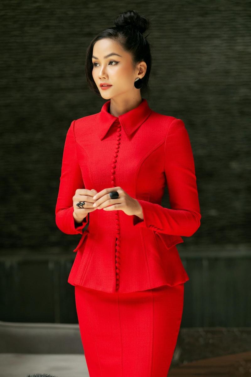 Hoa hậu H'Hen Niê không ngại gam màu rực rỡ, khoe vóc dáng cực chuẩn tại Nghệ An 0