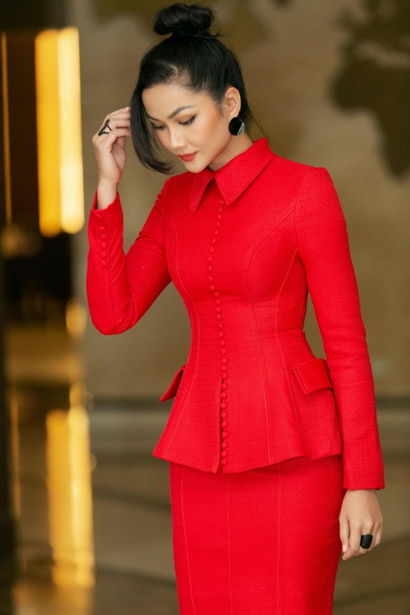 Xuất hiện tại sự kiện, Hoa hậu H'Hen Niê chọn phong cách thanh lịch với bộ cánh 'kín cổng cao tường' nhưng vẫn khéo léo khoe được vóc dáng chuẩn của người đẹp.