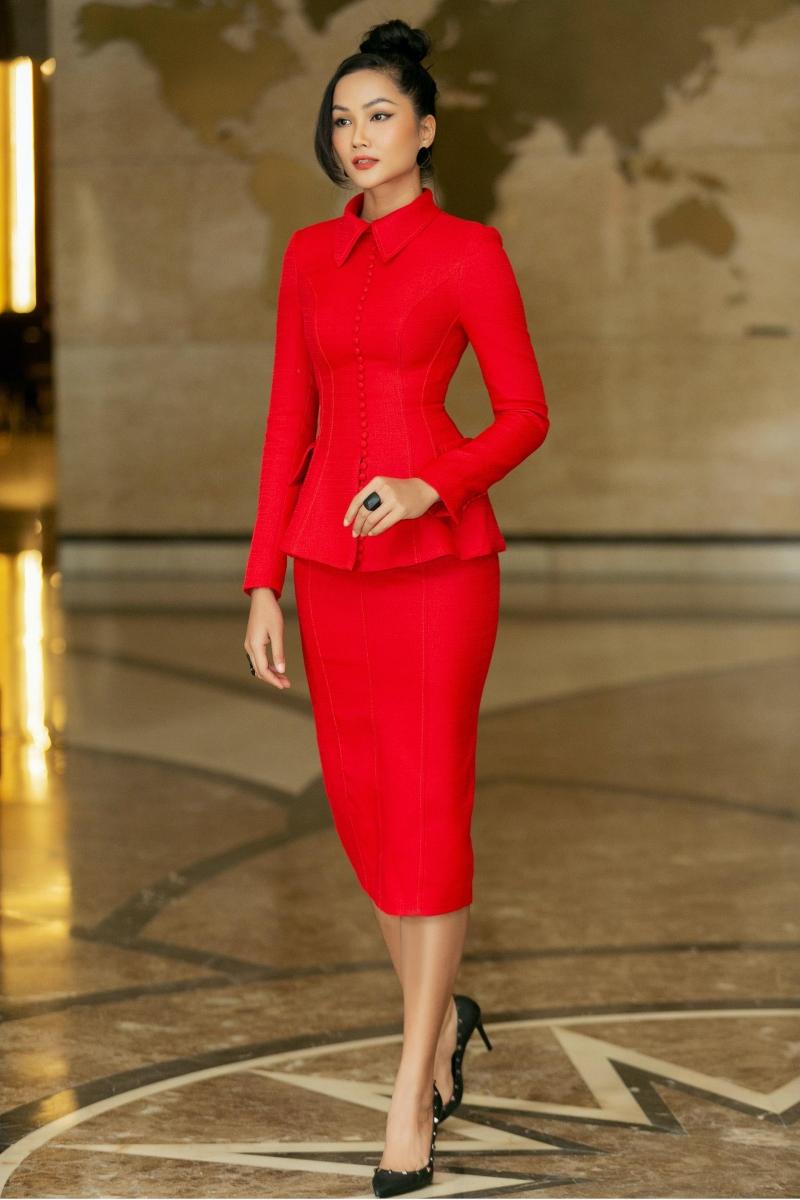 Cựu Hoa hậu Hoàn vũ Việt Nammột lần nữa chứng tỏ gam màu rực rỡ vô cùng phù hợp với làn da nâu.