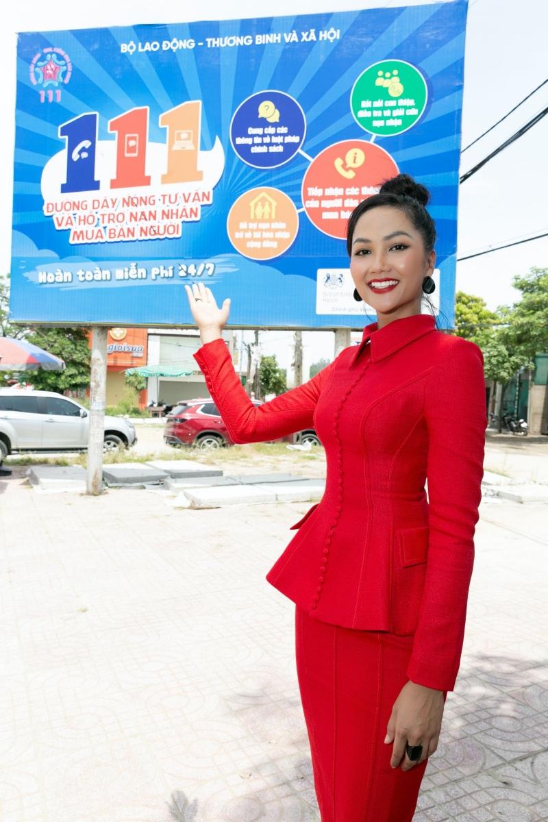 Hoa hậu H'Hen Niê không ngại gam màu rực rỡ, khoe vóc dáng cực chuẩn tại Nghệ An 4
