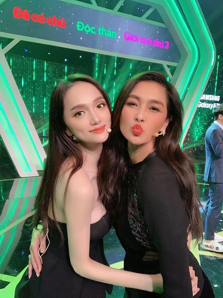 Trong show Người ấy là aimùa 3 Hương Giang cũng trung thành với kiểu tóc sang chảnh chụp hình 'siêu lầy' với Lukkade.